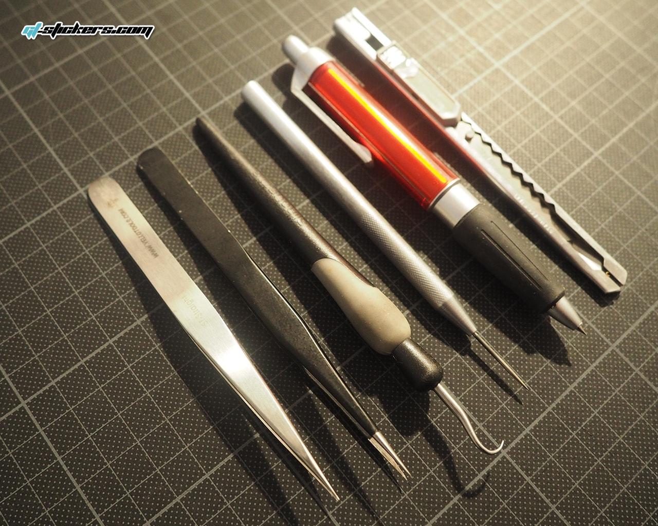 une partie des divers outils utilisés pour écheniller un sticker découpé dans la masse